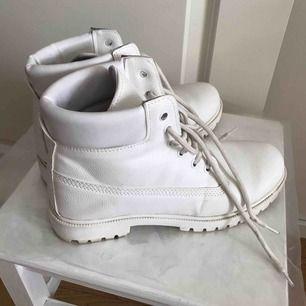 Jättesnygga och trendiga kängor/boots från Nelly! Använda ett fåtal gånger bara. Pris kan diskuteras  Möts i Sthlm, annars betalar köparen frakt! Tar endast swish :)