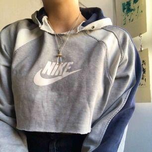 Croppad Nike tröja, köpt secondhand ☺️ Möts upp i Malmö, annars står köparen för frakten 💕