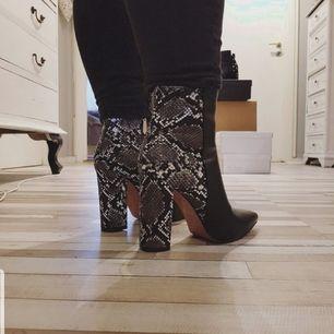 Hej! Jag säljer exclusiva ankle boots i storlek 37. Made in EU. Helt nya i box, aldrig använda. Värda 1150kr. Vill bli av med dom snabbt därför säljer jag dom så billigt.