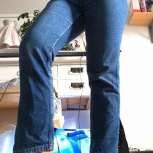 Jeans från Monki i strl 28, använda fåtal gånger. Inga slitningar eller skador, sköna & sitterbra, små slitsar på utsidan av byxbenet längst ned, passar typ allt