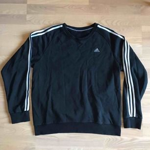 Fin vintage adidas sweatshirt / crewneck med broderad logga. Svart / väldigt mörkblå. Skickas för 59kr