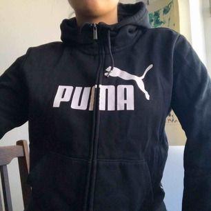Svart tjocktröja med hög krage från Puma. Möts upp i Malmö, annars står köparen för frakten :)