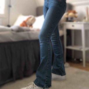 Blå bootcut-jeans från BikBok. Knappt använda. Nypris 599kr. Köparen står för frakten💞