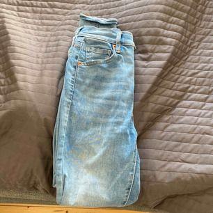 Säljer ett par jättefina Levis jeans (mile high super skinny) i strl 24 vilket motsvarar S ungefär. Säljer pga att jag har två par och dom kommer knappt till användning, de har använts en gång❤️ Nypris 1 199kr