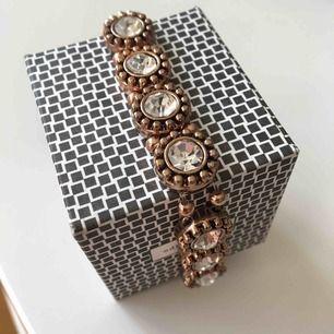 Elastiskt armband, aldrig använt. Skitsnyggt i sommar. Butikspris 250kr
