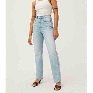 Hej! Jag letar efter dessa rowe jeans från weekday i storlek 26/32. Skriv gärna om ni säljer de❣️Jag betalar högt!