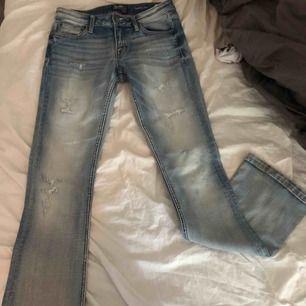 Säljer mina crocker jeans i modellen pep boot som inte längre säljs. Säljer pågrund av att de ej har kommit till användning, använda Max 2 gånger, helt felfria! Står ej för frakten! Kan skicka fler bilder. Storlek 26/33 - Pep boot Nypris: 699kr