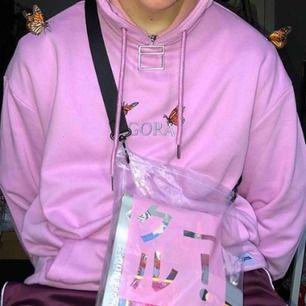"""Rosa hoodie från Agora, asfet & superfint skick, passar en XS-L beroende på hur man vill att den ska sitta, skitsnygg både """"normal sized"""" & även oversized!!! (de två första bilderna är inte mina)"""