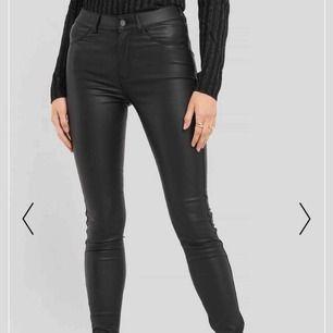 Helt ny jättefin Dr Denim svart 'Plenty Jeans Metal'. XS storlek. Originalpriset är 599kr. Mötas/frakt kommer