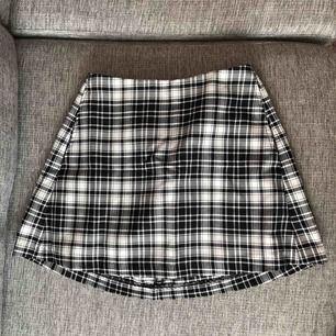 Rutig fin kjol! Använd endast 1 gång. Köpt från MADLADY. Storlek M men skulle snarare säga S