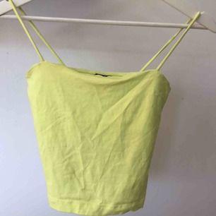 Jättecool topp i neon gul färg från Gina Tricot. Toppens färg gör sig inte till rätta i kameran, den är mer neon i verkligheten! Endast använd 1 gång på en valborgs-fest 🌷Toppen passar som en XS också. (Nypris: 100kr)