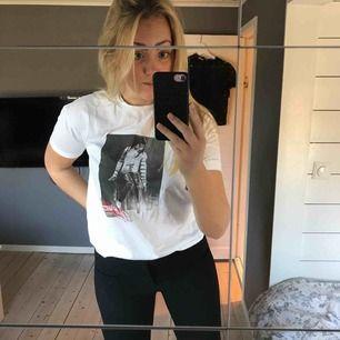 Lite oversized T-shirt från mango med tryck på Michael Jackson. Mycket bra skick, använd fåtal gånger inget slitage på T-shirten eller trycket, nypris 500kr