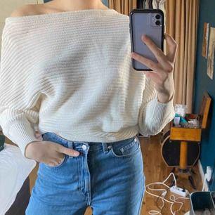Skitsnygg stickad tröja från NAKD! Ganska tunn i materialet, så funkar perfekt för våren! Använd några gånger men fortfarande bra kvalité! Köparen står för frakt!