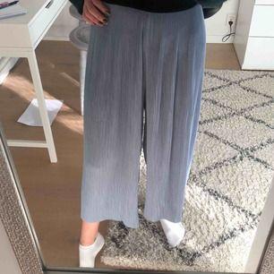 Ljusblå fladdriga byxor från ZARA som är snygga nu inför våren! Superbra skick och jag bjuder på frakten. 💕