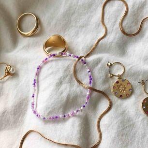 Ett super fint lila pärlarmband. Passar bra med andra smycken, fint till sommaren. Armbandet är töjbart och har bra kvalitet💜💜