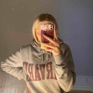 Harvard hoodie. Storlek L men skulle säga att det är som M eller S. Köparen står för frakten:)