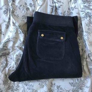 Bootcut byxor från juicy couture, säljer tillhörande tröja. Mycket bra skick, nypris 1000kr Köp båda för 800kr