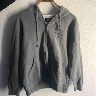 HUF sweater med tryck på rygg. Shipping ingår- shippar till Sverige från Danmark