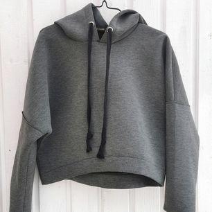 Lite kortare hoodie med ganska tjockt material. Tyvärr lite tajt vid vristen för mig. Knappt använd.