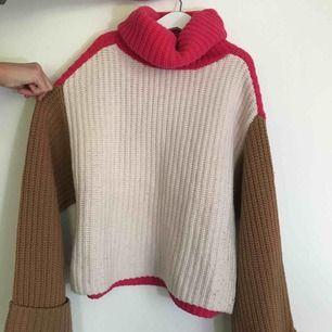 Varm stickad turtleneck tröja i ull. Fin kvalité och använd endast ett fåtal gånger. Vidare armar uppvikta nertill