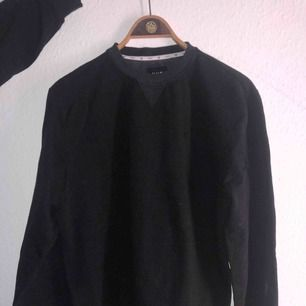 Svart sweater från HUF, shippas från Danmark till Sverige för 59 kr🙏