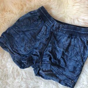 Blåa shorts från Hilfiger Denim! Lite lite stretch, storlek 25, sitter lite tight på mig på bilden. Mycket bra skick, använda ett fåtal gånger. Inte riktigt jeansmaterial, snarare denim. Frakt tillkommer.