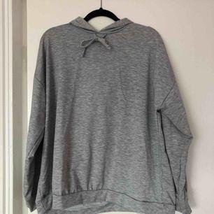 Oversize hoodie. Ser mörkgrå ut på bilden men den är ljusare i verkligheten. Nypris: 360 kr