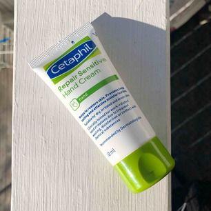 Oanvänd handkräm från märket Cetaphil i 50 ml. Köpt för 89 kr.