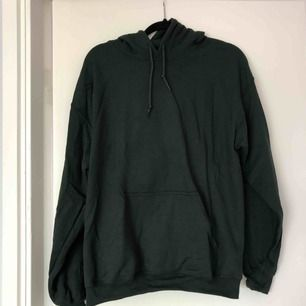 Använd 1 gång. Mörkgrön oversize hoodie. Nypris: 360 kr.