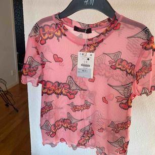 Cool rosa mesh tröja från bershka. Aldrig använd! 79 kuna=115 sek. Säljer pga inte min stil. Jag står inte för frakt och kan mötas upp i Göteborg. Betalning sker via swish