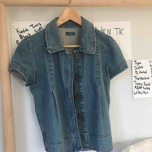 Säljer en jeans väst eller vad man ska kalla det! Storlek 40 men man kan använda den som oversize, aldrig använd och den är i väldigt fint skick 💕💕💕 Köparen står för frakten