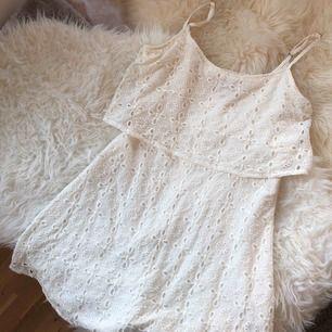 Vit klänning från Abercrombie & Fitch i spetsliknande material. Använd ett fåtal gånger. Perfekt studentklänning! Frakt tillkommer.