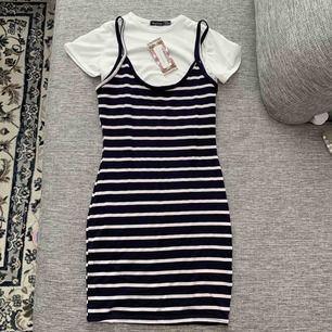 Säljer en helt ny klänning i två delar, t-shirt och klänning. Prislapp finns kvar. Säljer den pga fel storlek