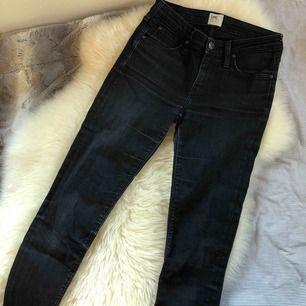 Svarta jeans från Levi's med toner av grått. Frakt tillkommer.