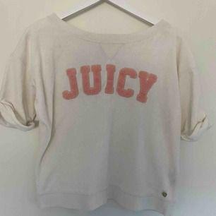 Juicy Couture tröja i lite annorlunda material. Sparsamt använd så fint skick, bara lite dammig från att ha legat i garderoben utan att bli använd.