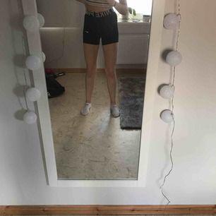 Ett par jätte fina nike shorts! Säljer pågrund av att jag redan har sånna :) använt 1-2 gånger bara