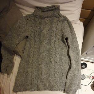 Stickad tröja från Gina Tricot som tyvärr är lite liten. Köpt för ca 349 kr. Står XS men funkar både för XXS o S 🌼