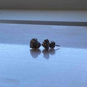 Fina hjärtformade Juicy Couture örhängen ❤️ Använda några gånger för några år sen, men inte använda sedan dess. (Frakt tillkommer)