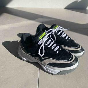 Skit snygga och trendiga AXEL ARIGATO sneakers. Köpta i höstas (använda 1 gång) för cirka 2000kr. Säljer på grund av att dem är för små. Det är ett par 39 men passar ca 37,5 / 38. Pris går att diskutera vid snabbt köp. Köparen står för frakt.