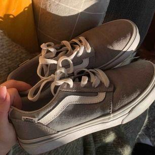 Gråa skor från Vans i storlek 35, endast använda fåtal gånger. Superfint skick och supercoola!