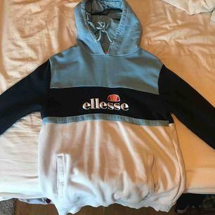 En hoodie från Ellesse. Använd fåtal gånger. Fint skick!
