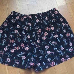 Blommiga shorts från Subdued. 42kr frakt tillkommer som kunden betalar för.