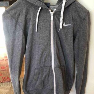 Snygg Nike sweatshirt som inte används längre. Köpt till ett mycket högre pris men väl använd. I bra skick dock :) köparen står för frakten! :)