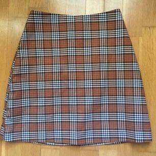 Älskar denna rutiga kjol ifrån Monki. Använd vid 3 tillfällen. 42kr frakt tillkommer som kunden betalar för.