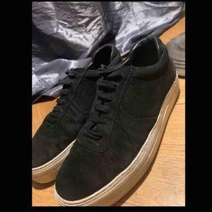 Axel arigato platform shoes, svarta i storlek 38, använda flera gånger men inga skador eller tydliga slitningar