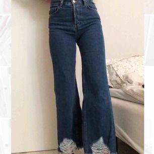 Jeans från Mango med snygga slitningar nertill