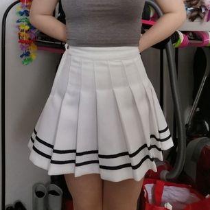 Sparsamt använd vit kjol i storlek 32, köpare betalar frakt