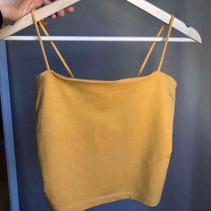 Ett linne från Gina Tricot! Använd en gång. Frakt tillkommer! Jag har xs-s men köpte det i medium då det satt bättre. Men passar nog på medium med💫🌟