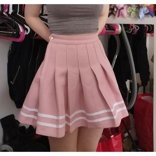 Nästan helt oanvänd rosa kjol i storlek 32, köpare står för frakt