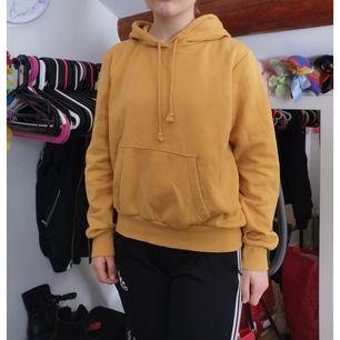Senapsgul hoodie i storlek M lite nopprig därav priset, köpare står för frakt